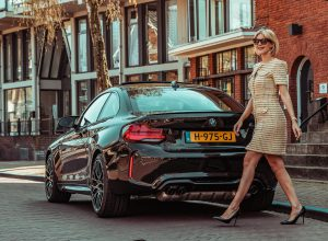 BMW M2 Competition Automeisje